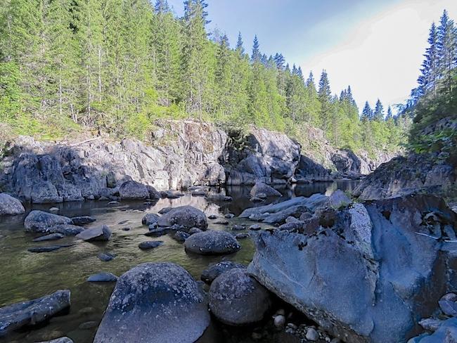 Røffe og ville omgivelser i Tokkeåis løp oppstrøms helevetsfossen
