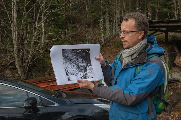Ordfører i Tokke kommune Jarand Felland viser fram bildene